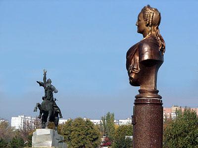 Теперь Суворов и Екатерина совсем рядом - через дорогу