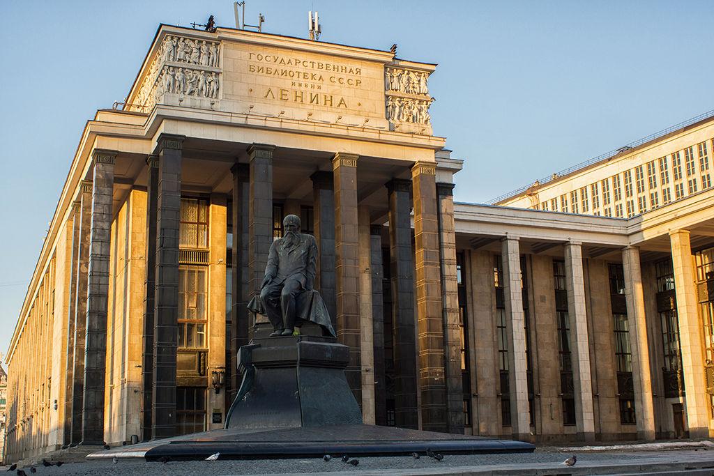 Главное здание библиотеки (1928—1958, арх. В. Г. Гельфрейх, В. А. Щуко и др.); на переднем плане — памятник Ф.М. Достоевскому (1997, скульп. А.И. Рукавишников, арх. М.М. Посохин).