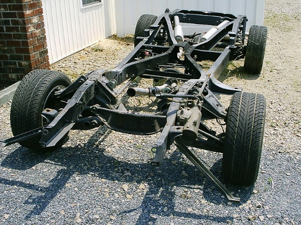https://upload.wikimedia.org/wikipedia/commons/thumb/1/11/Chassis_with_suspension_and_exhaust_system.jpg/800px-Chassis_with_suspension_and_exhaust_system.jpg