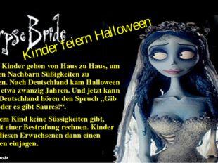Kinder feiern Halloween Und die Kinder gehen von Haus zu Haus, um von Ihren N