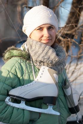Девушка с коньками