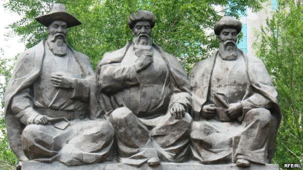 Памятник Казыбеку би, Толе би и Айтеке би в Астане. - Казыбек би, Толе би и Айтеке би - основоположники казахского правосудия. Астана, июнь 2009 года.