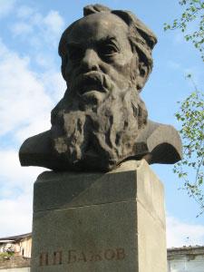 Памятник Бажову в центре Сысерти