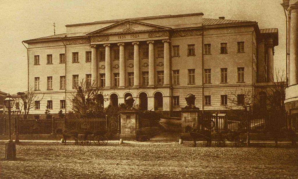 https://upload.wikimedia.org/wikipedia/commons/thumb/a/a5/MSU_Mokhovaya.jpg/1024px-MSU_Mokhovaya.jpg