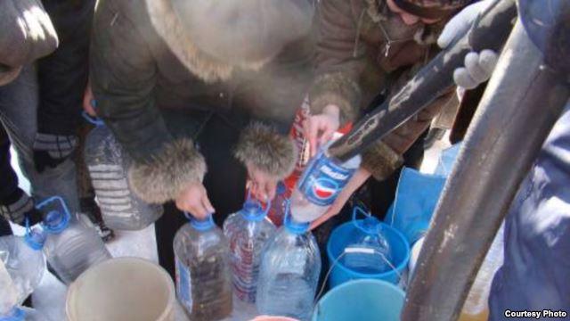 Жители города Степногорска набирают воду из водовоза. Фото из сайта степногорской газеты