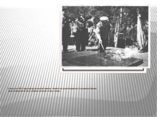 5 августа 1963 года перед могилой павших танкистов рукой маршала Баграмяна Ив