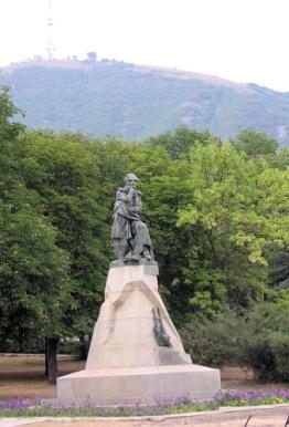 https://upload.wikimedia.org/wikipedia/commons/thumb/f/fd/Lermontov%27s_monument_in_Pyatigorsk.jpg/640px-Lermontov%27s_monument_in_Pyatigorsk.jpg