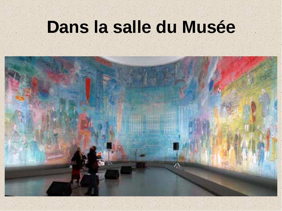 Dans la salle du Musée