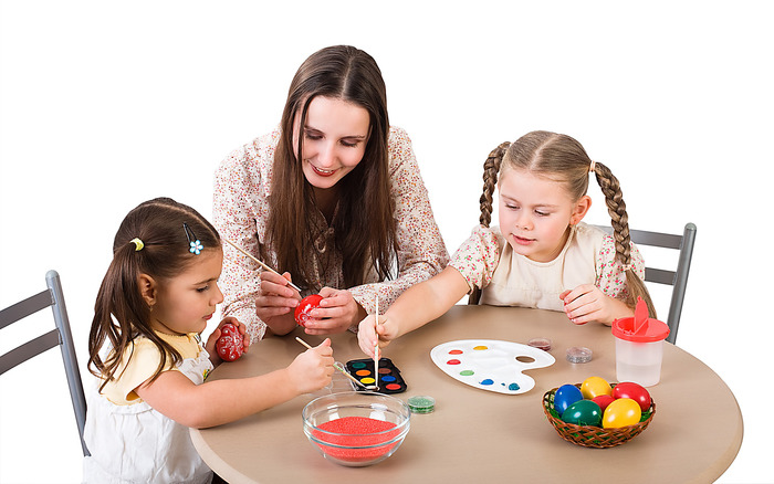 Скачать обои и фото Дети раскрашивают яйца к Пасхе в разрешении 1024x768 пикселей на рабочий стол