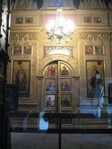 https://upload.wikimedia.org/wikipedia/commons/thumb/f/fa/Saint_Basil%27s_Cathedral_interior_by_shakko_04.jpg/640px-Saint_Basil%27s_Cathedral_interior_by_shakko_04.jpg
