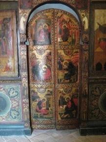 https://upload.wikimedia.org/wikipedia/commons/thumb/6/67/Saint_Basil%27s_Cathedral_interior_by_shakko_15.jpg/640px-Saint_Basil%27s_Cathedral_interior_by_shakko_15.jpg