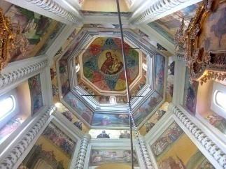 https://upload.wikimedia.org/wikipedia/commons/thumb/0/02/Saint_Basil%27s_Cathedral_interior_by_shakko_11.jpg/800px-Saint_Basil%27s_Cathedral_interior_by_shakko_11.jpg