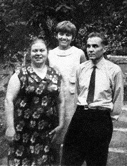 Василий Александрович Сухомлинский с женой и дочкой, середина 1960-х.