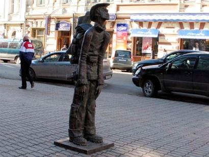 H:\иркутск.rtfd\1366659993_pamyatnik-turistu-v-irkutske.jpg