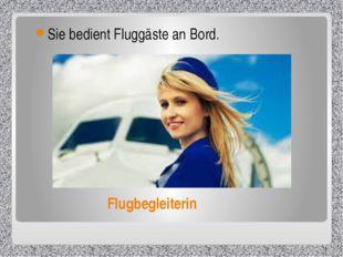 Flugbegleiterin Sie bedient Fluggäste an Bord.