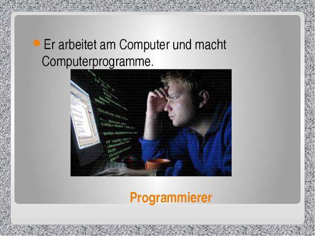Programmierer Er arbeitet am Computer und macht Computerprogramme.