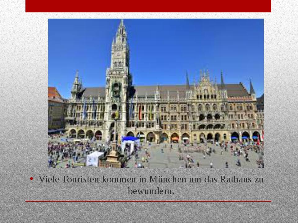 Viele Touristen kommen in München um das Rathaus zu bewundern.