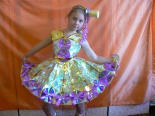 E:\приложение к статье\платье из дисков и цветочной ленты.JPG