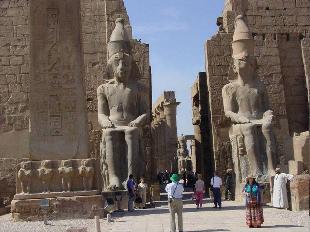 Внутри храма находились просторные дворы со статуями богов, а у входа возвыша...