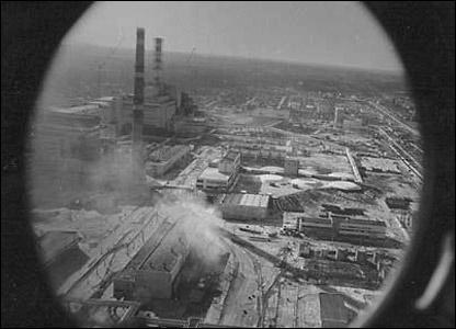 Пристальный объектив запечатлел общий вид ЧАЭС с разрушенной крышей 4-го реактора