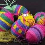 Окрашивание пасхальных яиц в разноцветных нитках