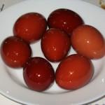 Окрашивание пасхальных яиц березовыми листьями, соками различных плодов и овощей