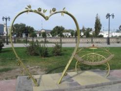 Скульптурная композиция «Лавочка влюбленных»