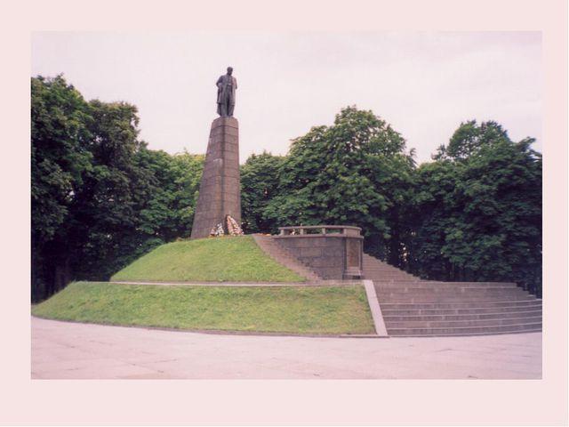 Сучасний пам'ятник на могилі Т. Шевченка у Каневі.