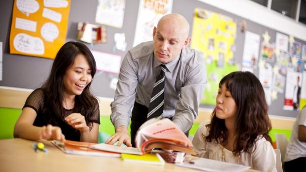 C:\Users\ДНС\Desktop\Ситуативные картинки\2_female_adult_students_with_teacher.jpg