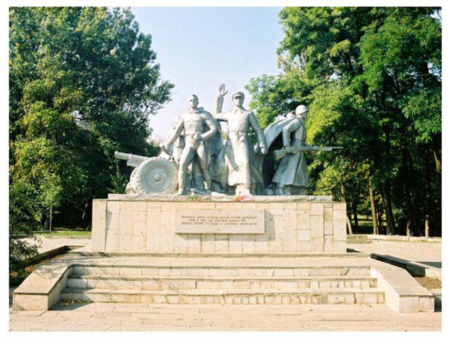 Памятник, посвященный артиллеристам батареи С. Оганова и С. Вавилова. На высо...