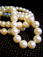 http://upload.wikimedia.org/wikipedia/commons/thumb/a/af/White_pearl_necklace.jpg/170px-White_pearl_necklace.jpg