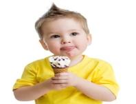 ребенок ест и облизывая мороженое на белом Фотография, картинки, изображения и сток-фотография без роялти. Image 16332624.