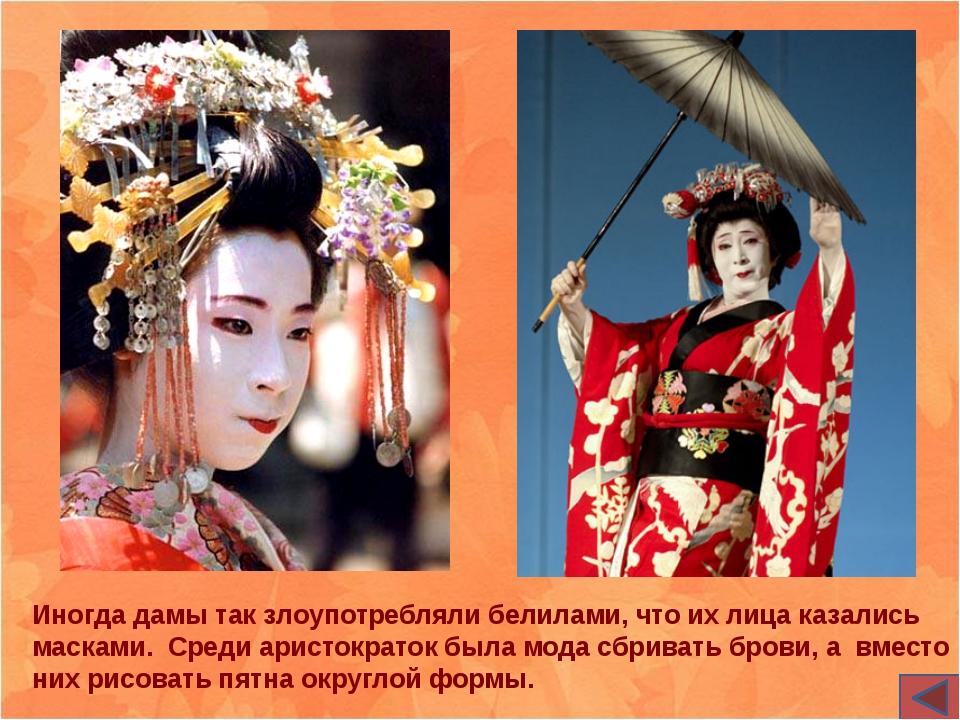 После начала сезона цветения сакуры тысячи японцев приходят полюбоваться крас...