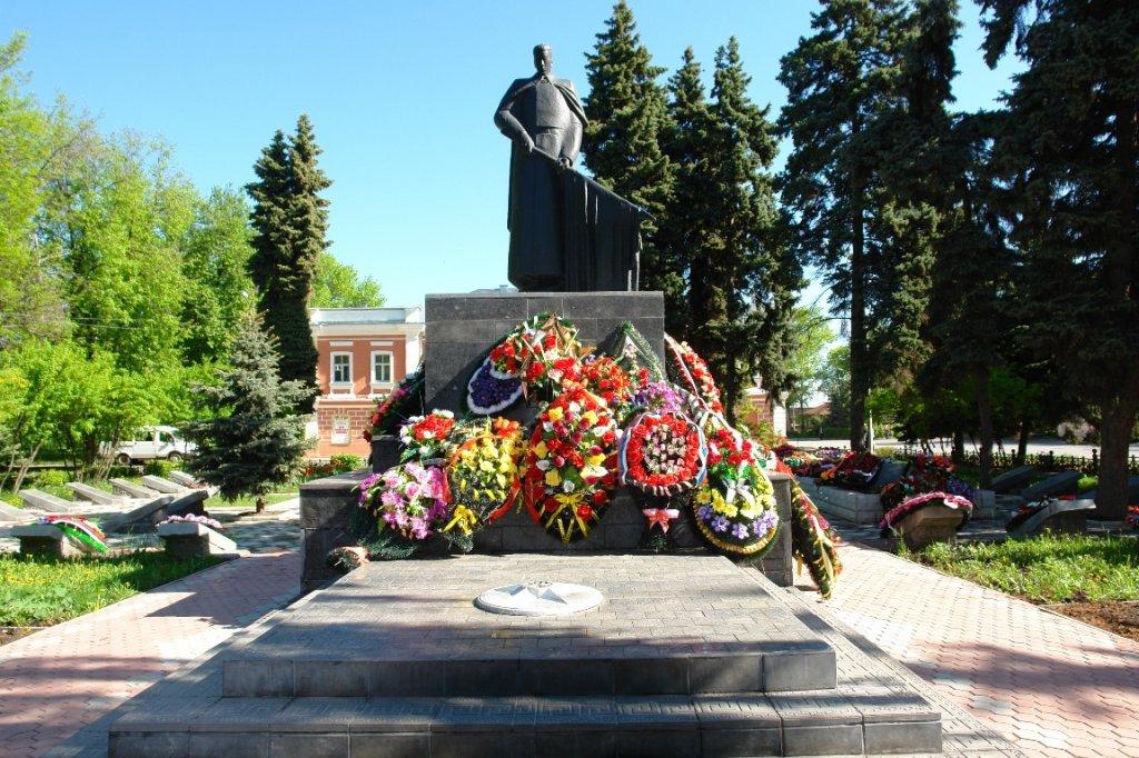 http://allelets.ru/wp-content/gallery/memorialnyj-kompleks-uchastnikam-revolyucii-i-grazhdanskoj-vojny-sovetskix-voinov-i-partizan/elets_mon_memor_05.jpg