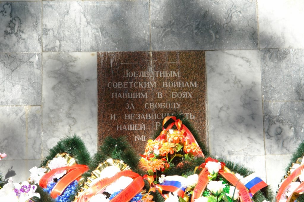 http://allelets.ru/wp-content/gallery/bratskaya-mogila-sovetskix-voinov-pogibshix-v-boyax-s-fashistskimi-zaxvatchikami/elets_mon_brmvov_07.jpg
