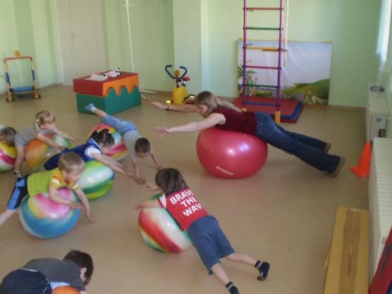 Конспект занятия по физической культуре в детском саду «Аэробика с мячом» (возраст 3–4 года)