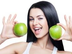Скачать изображение брюнетка, зеленое, яблоко, улыбка скачат…
