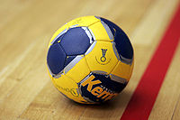 https://upload.wikimedia.org/wikipedia/commons/thumb/2/24/Handball_the_ball.jpg/200px-Handball_the_ball.jpg