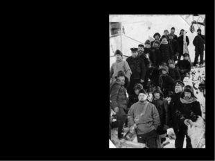 """Лишь в сентябре 1913 г. """"Фока"""" освободился от сковывающих его льдов. На судне"""