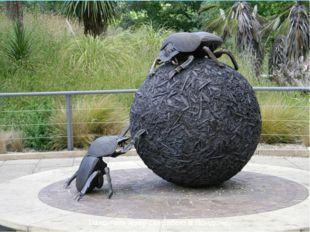 Памятник жуку-скарабею в Лондоне,