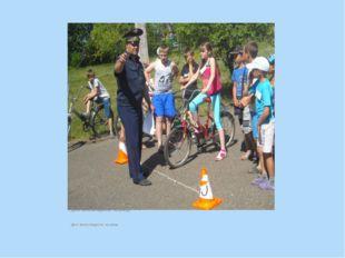 Дети -велосипедисты на улице Дети -велосипедисты на улице Дети -велосипедист