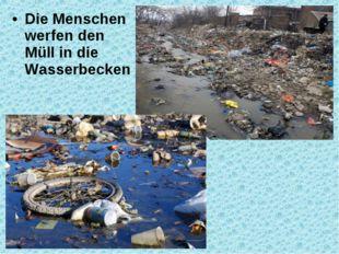 Die Menschen werfen den Müll in die Wasserbecken