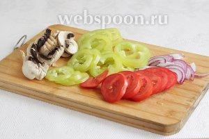 Грибы, помидоры, перец и лук нарезать колечками или ломтиками.