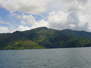 https://upload.wikimedia.org/wikipedia/commons/thumb/1/18/Lake-toba.jpg/300px-Lake-toba.jpg