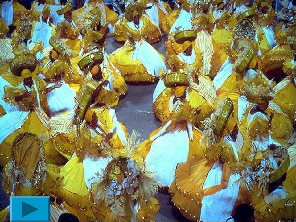Бразилия В Бразилии роль новогодней ёлки исполняет гигантский фикус, украшенн...