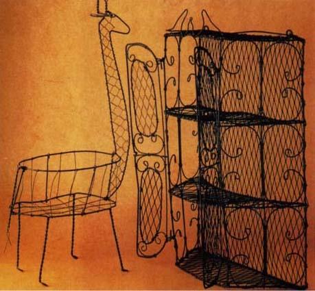 Проволочные изделия изготовлены в Мексике. Очаровательный жираф может служить корзинкой. Ажурный кухонный шкафчик имеет высоту около 60 см.