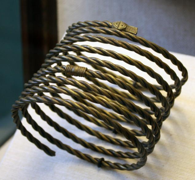 Узорчатое изделие из крученой проволоки