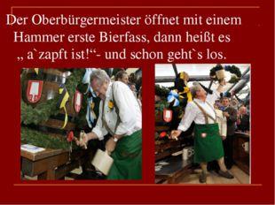 """Der Oberbürgermeister öffnet mit einem Hammer erste Bierfass, dann heißt es """""""