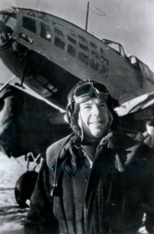 М.В.Симонов_у_самолёта_(1942_г.).jpg