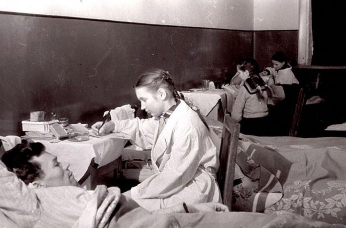 G:\Учащиеся-школы-№-6-г.Калинина-пишут-письма-домой-под-диктовку-раненых-бойцов-находящихся-на-излечении-в-госпитале.jpg
